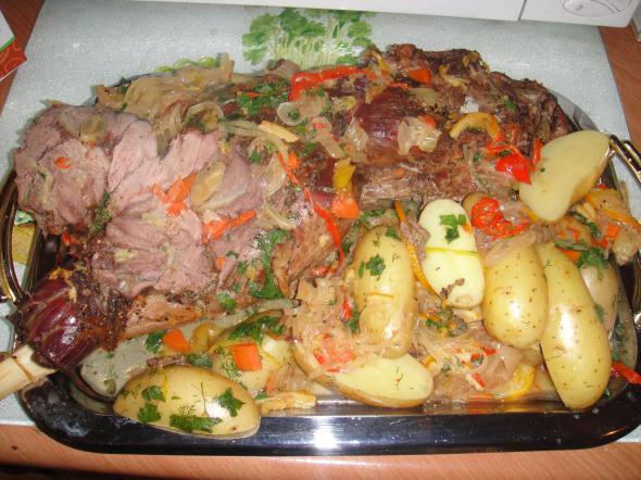 баранья нога с молодым картофелем и овощами
