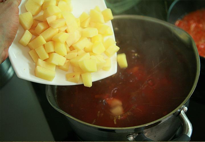 что первым класть в борщ капусту или картошку