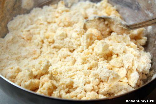 Добавляем в тесто 2 желтка и пару столовых ложек рома. Мешаем ложкой, а затем быстро делаем тесто, собирая его в одно целое.