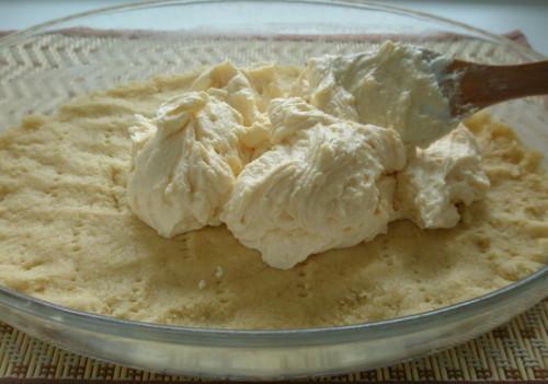 В крупку растереть муку с маслом и сахаром, затем добавить разрыхлитель и яйцо.